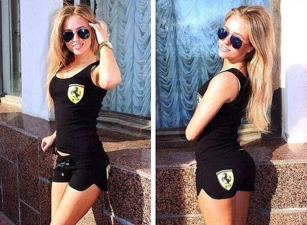Блондинка в спортивной одежде