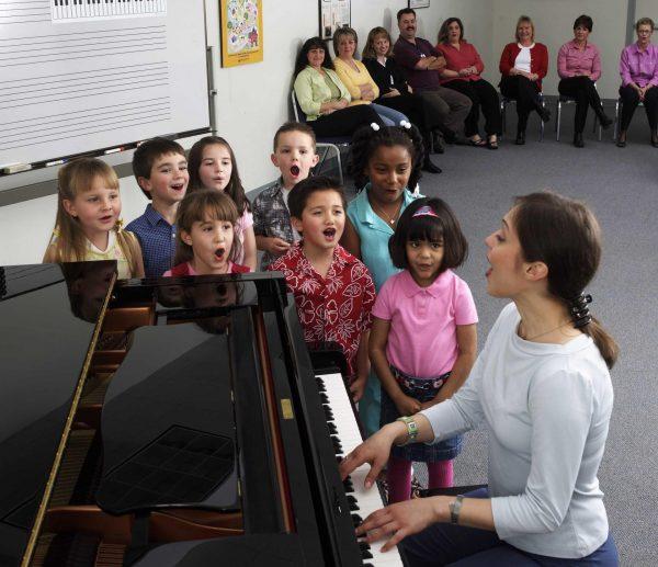 Дети занимаются вокалом с преподавателем