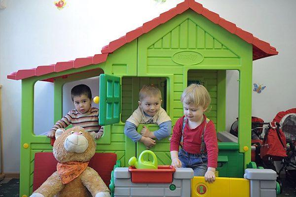 Финские дети в игрушечном домике