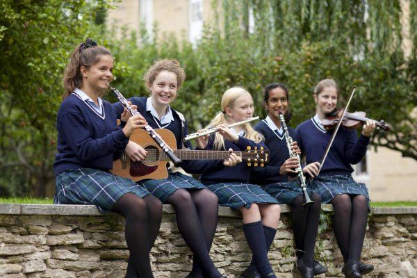 Девочки с музыкальными инструментами