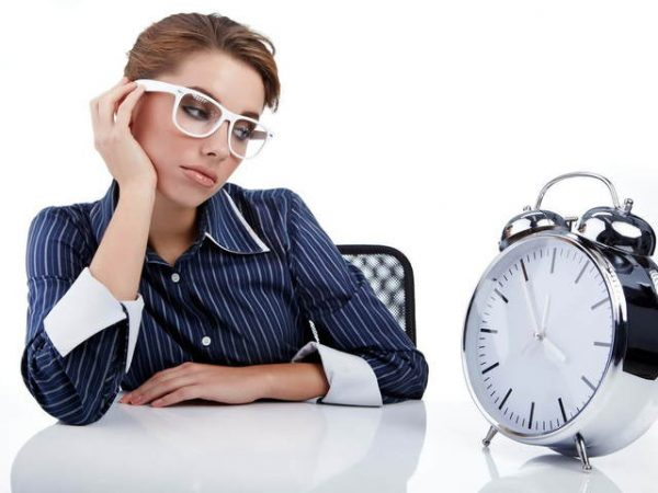 Девушка смотрит на часы