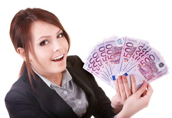 Евро в руках девушки