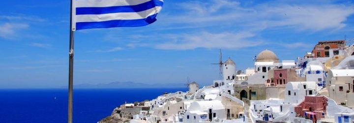 Флаг Греции на фоне побережья Эгейского моря