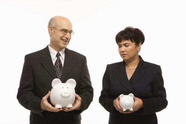 Мужчина и женщина с копилками в руках