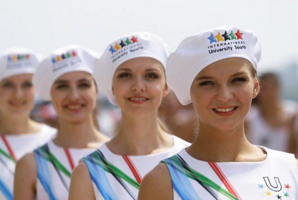 Девушки в форме волонтёров