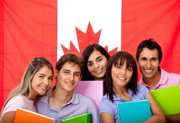 Канадские студенты на фоне государственного флага