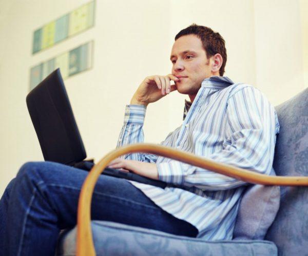 Мужчина в кресле с ноутбуком