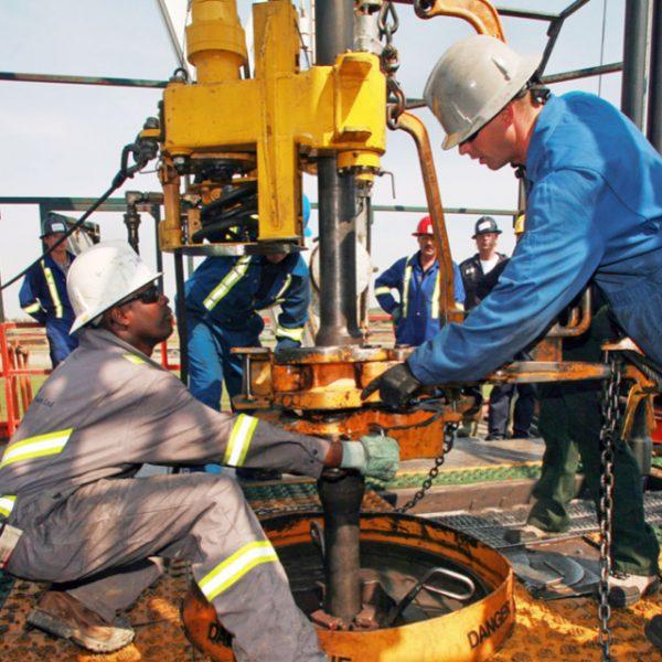 Работники на нефтяной скважине
