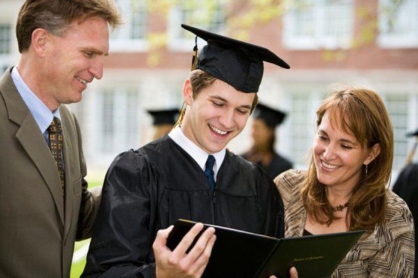 Студент с родителями