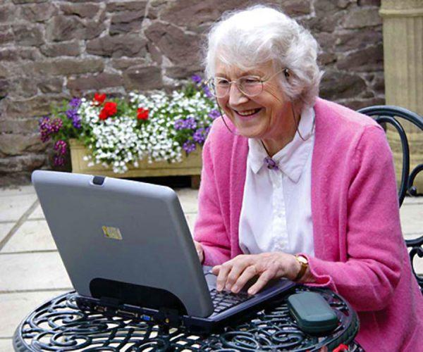 Пенсионерка за компьютером