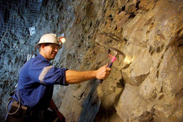 Рабочий на шахте в Австралии
