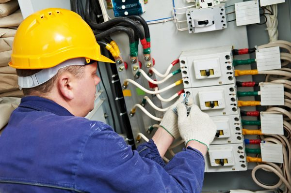 Работа электрика в щитовой