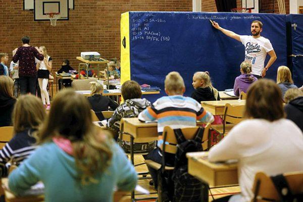 Учитель объясняет материал финским школьникам