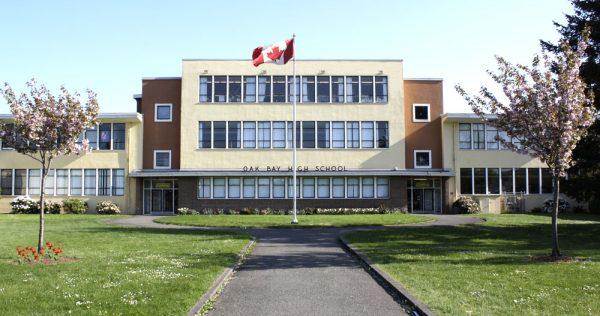 Школа в Канаде и флаг страны
