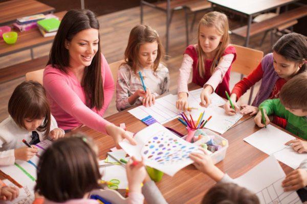 Учительница на уроке рисования с детьми