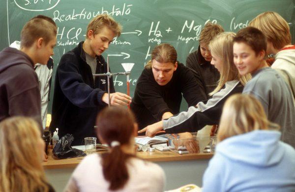 Школьники на уроке химиии