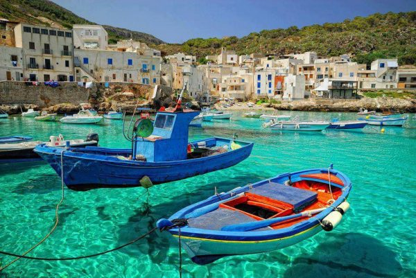 Лодки на чистой морской воде