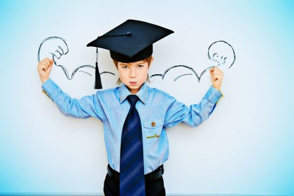 Мальчик в форме студента на фоне графического рисунка рук