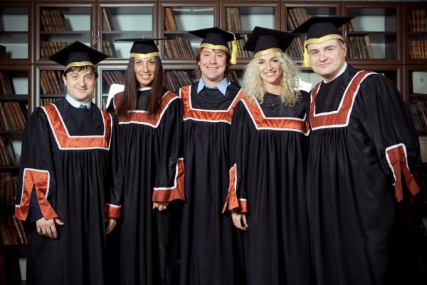 Студенты на вручении дипломов