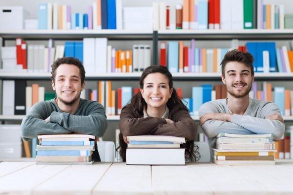 Студенты с книгами в библиотеке