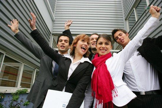 Молодые люди на фоне здания