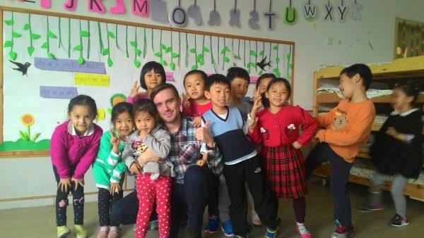 Учитель с детьми в Китае