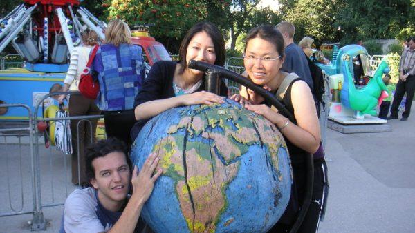 Волонтёры и глобус