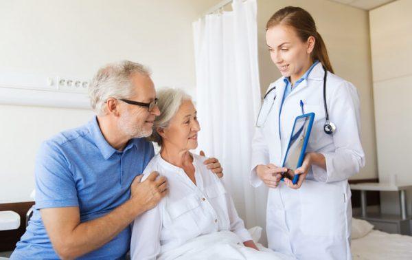 Врач консультирует пациентов
