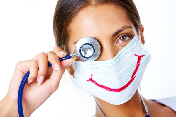 Врач в медицинской маске со стетоскопом