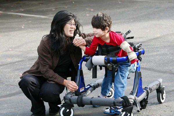 Японский ребёнок-инвалид с матерью