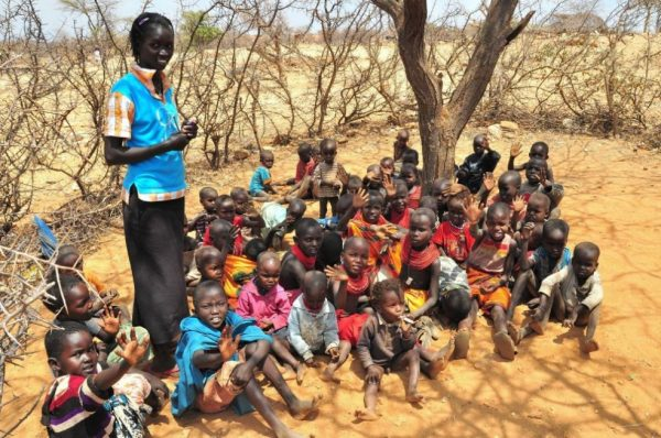 Африканские дети и взрослая африканская женщина