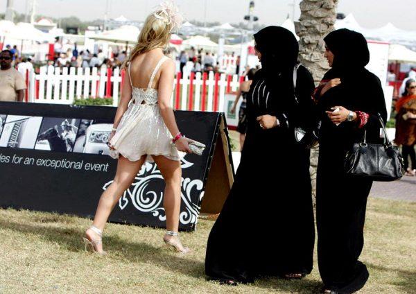 Мусульманки смотрят на девушку в открытом платье
