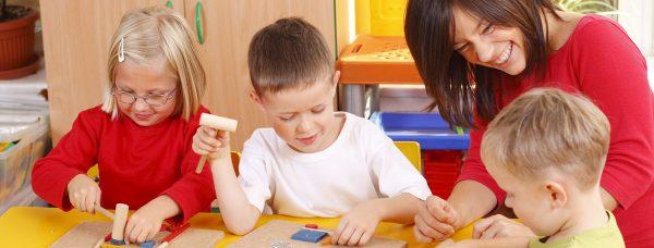 Девушка занимается с детьми