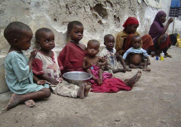 Нищие дети возле стены
