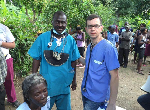 Белый врач с чернокожими людьми