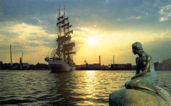 Русалка в Копенгагене на фоне парусника