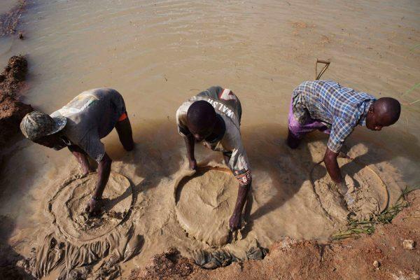 Три африканца моют золото