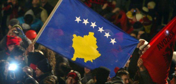 Флаг Косово в толпе
