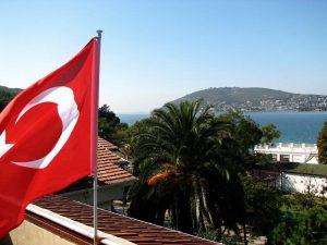 Флаг Турции на фоне пролива Босфор