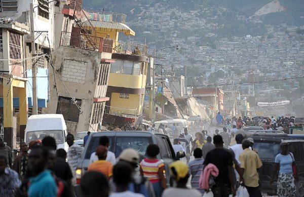 Разрушенная улица на Гаити