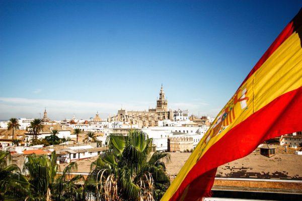 Флаг Испании на фоне города