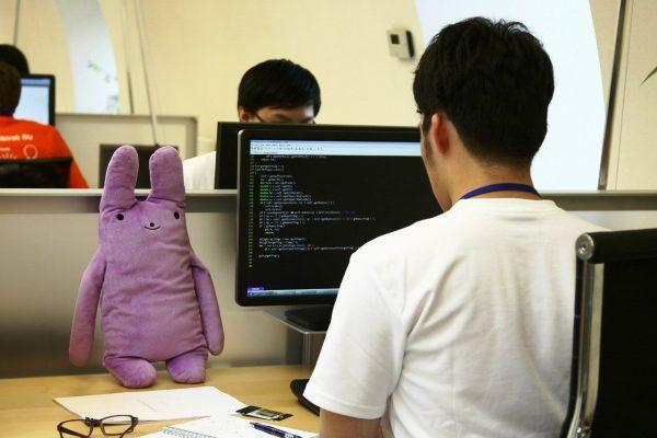 Китаец в офисе за компьютером