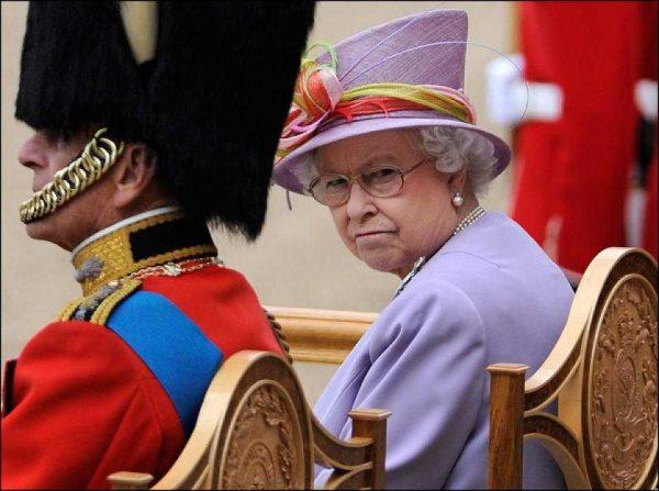 Королева Великобритании Елизавета Вторая и гвардеец