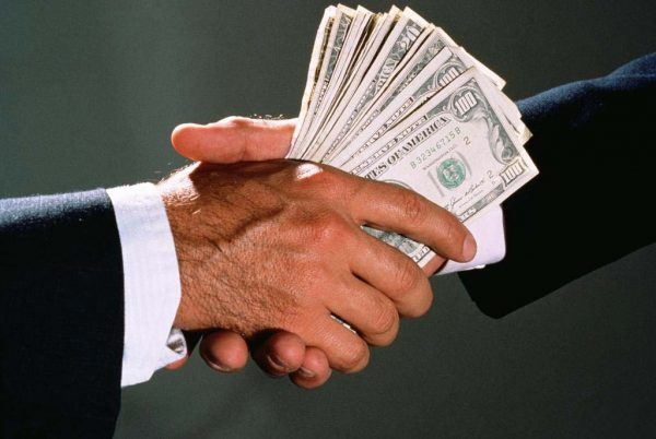 Передача долларов при рукопожатии