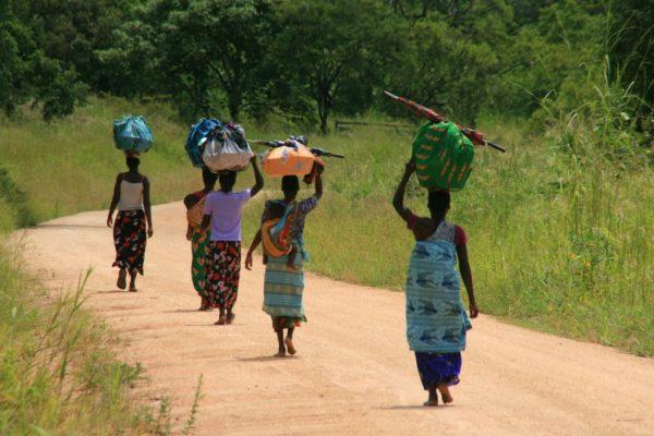 Африканские женщины с ношей на голове