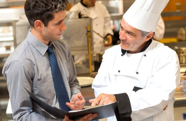 Менеджер беседует с поваром