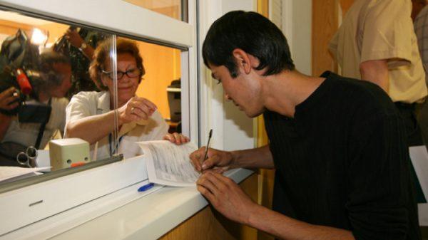 Молодой киргиз заполняет анкету