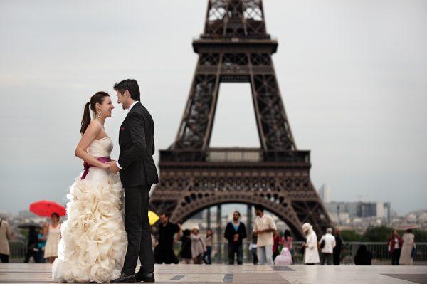 Молодожёны на фоне Эйфелевой башни