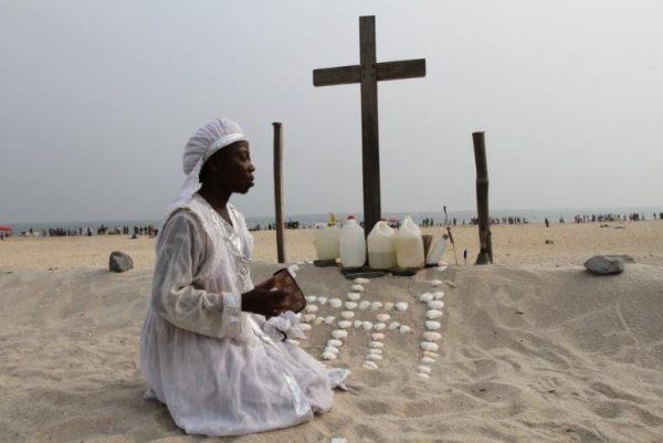 Чернокожая женщина рядом с крестом
