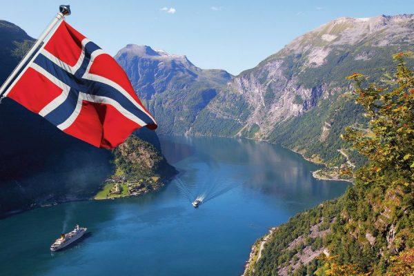 Флаг Норвегии на фоне фьорда